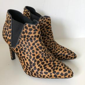 Super flotte Samsøe & Samsøe støvler str 37 i leopard skind. Hæl: 9 cm. De er kun brugt én gang, desværre købt for små. Nypris 1.199 kr. Kun 500 kr.