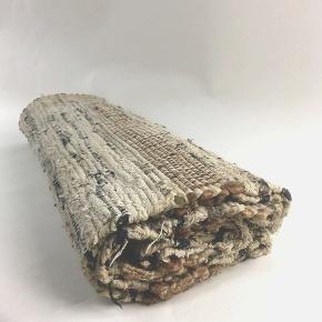 obs! - tæppet er for stort til forsendelse med DAO, så handel er med mobilepay & fragt m. GLS:39,- Flot, vævet vendbart tæppe i ubleget bomuld, brugt i stuen én sæson, er i fin stand, men ikke vasket/renset · Udgået af produktion · Måler 250 x 75 cm · Kun onlinehandel · fast pris · mængderabat