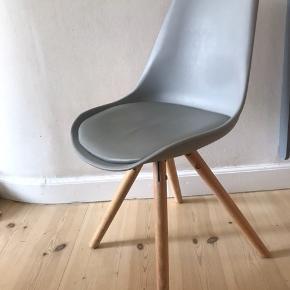 Sælger TRE grå udsolgte ILVA stole med ben i egetræ, som er behandlet med hvidpigmenteret matlak. Sælges samlet. Stolene  er i rigtig god stand.   Man sidder rigtig godt i dem! Indbyggede hynder i samme farve som stolene medfølger  Købt for 2100 kr. Sælges for 1400kr.   Sælges grundet flytning.
