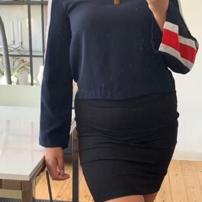 Super flot bluse fra Zara, har hængt i skabet og kun brugt få gange, fremstår derfor flot uden slid. Er en Str. S men passer også M. Giv et bud :)  —————— Se mine andre annoncer, sælger ud af tasker, smykker og tøj i sammenhæng med flytning!💫 - Alle mine vare er fra ikke-ryger hjem og sendes igennem Trendsales🌸  - Kan dog mødes i København