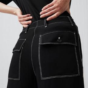 Sælger mine arket bukser, da jeg ikke får dem brugt. De har været brugt 2 gange, og der er et lille bitte slidtegn ved knæet på det ene bukseben (efter lille fald i lejlighed). Men det ses næsten ikke - og ellers er bukserne helt som nye.  Mp er 300kr. Nypris var 750kr.