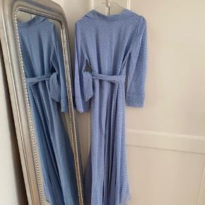 Printed Georgette Slå-Om-Kjole fra Ganni i smuk blå farve med blomster print. Aldrig brugt og stadig med prismærke.