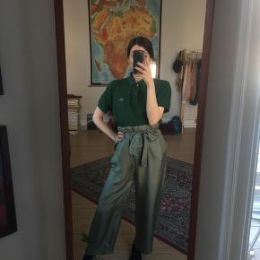 Flotteste grønne bukser i 100% silke. Brugt meget få gange, rigtig god stand. Str. 36.