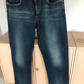 """Smarte jeans str. 36/34. De har lidt """"slid"""" forneden ved kant på bukseben ( se billede ) ikke noget der betyder noget skal jo lige nævnes ;-)) Derfor pris."""