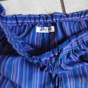 Farve: Blå/ Lilla Str S.  Nat buks fra Zizzi sælges, de har Elastik og snøre i Livet Snøre nederst i bukseben.  Livvidden: er 41 -50x2 Lår: 38,5 x2 Hel længde: 90 Materiale: 65 % Polyster 35 % bomuld