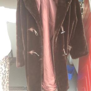 Imiteret pels af mærket michel alexis, fra Paris.  Ældre jakke men brugt meget lidt.