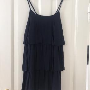 """Blå kjole i """"lag"""" fra pieces. Brugt få gange, god stand."""