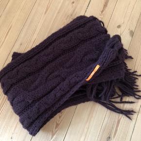 Fint stort og langt strik tørklæde i bordeaux fra Boss Orange :-)