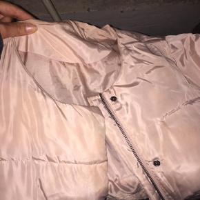 Fin lyserød dunjakke fra magasin. Rigtig god om vinteren, dejlig varm, let og uden skader.