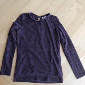 Trøje i mesh med velour prikker  Farve: blomme