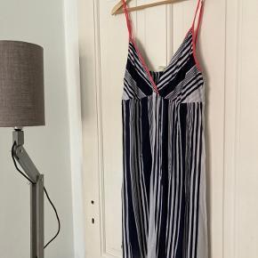 Lækker og let kjole med dyb udskæring. Sender gerne ❤️