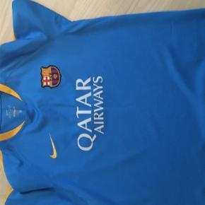 Varetype: T-shirt Størrelse: XL Farve: Blå Prisen angivet er inklusiv forsendelse.  Str cl og 13-15 år