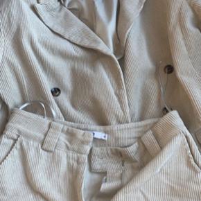 Mærke Nakd Bukserne er en 36/S Og jakken er en 38/M Meget lille neglelak plet på siden af bukserne men ellers ingen brugs tegn😊  Tags: moves message h&m pieces only villa arket Stine Goya ganni boohoo nelly nly nelly trend pretty littel thing