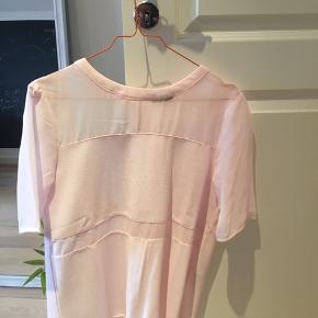 Lækker top/T-shirt fra VILA i en sart lyserød. Aldrig brugt.