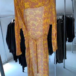 Lang kimono. Fra ikke ryger hjem.