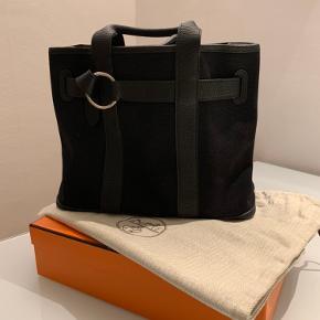 Nesten ikke brukt Hermes-taske i canvas/leather. Dustbag og eske følger med.