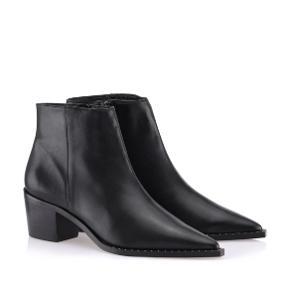 Overvejer at sælge mine elskede Gardenia støvler med detalje i siden, da jeg simpelthen ikke får dem brugt. De passer en størrelse 38 De er købt for 2000kr. Sælges for 650 ekskl fragt med Dao eller kom med et fair bud.