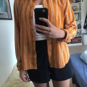 Trøjen er rigtig en str. L, men fitter en str. S/M. Jeg er en S/M, og det er mig som har den på, på billederne;) Den er dejlig blød, og kan bruges åben eller lukket, eller med ærmerne oppe eller nede