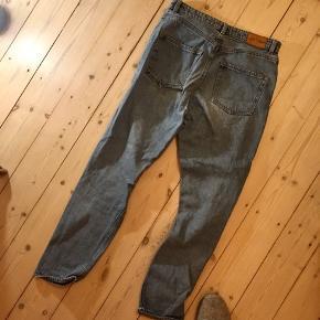 """Sprøde jeans fra Monki i stilen """"kimono"""". Talje = 29. Er fra første Kimono-kollektion og magen til dem som Noora har på i SKAM 🐦"""