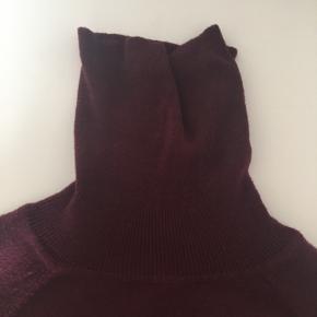 Tynd sweater med turtleneck i flot bordeaux farve.  Størrelse S fra Only.  Er brugt, men fejler intet. Spørg endelig efter flere billeder.  Kom med et bud. Mængderabat gives ved køb af flere dele.  Sender gerne på købers regning.