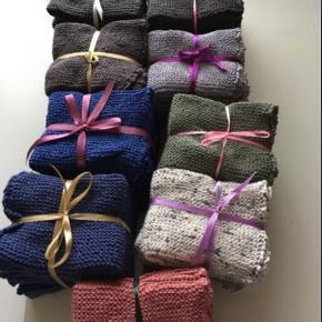 Hjemme hæklet klude( karklude)  Kan bestilles i andre farver( hvis muligt)  Kan vaskes på 60 grader. 6 stk for 65kr 4 stk tykkere kvalitet- 60kr