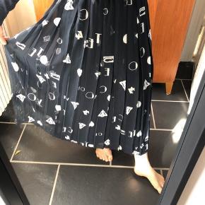 Så smuk vintage nederdel i mørkeblå med hvide bogstaver og tegn.