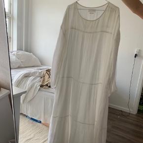 """Skall studio kjole, brugt hele sidste sommer, men igen skader.  Der er kun lidt """"brunt"""" i inderkanten som sagtens kan vaskes af🧡"""