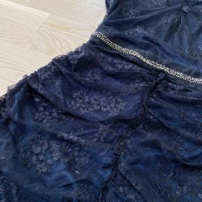 Rigtig fin kjole fra Mango med nogle flotte blonde- samt perledeltaljer! 🌸