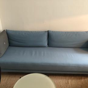 3 personers sofa, der også kan bruges som sovesofa. Modellen hedder Jasper og er fra Softline. På Softline.dk kan der også købes nyt betræk til sofaen. Den måler 212 cm i længden og 85 cm i bredden.
