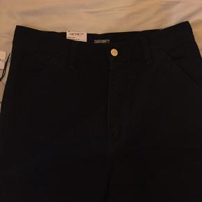 FUCKING FEDE UDGÅEDE CARHARTT CARPENTER BUKSER !! de her mega fede carhartt bukser er aldrig brugte, nye emd prismærke og en størrelse 28x32 (men waist kan godt være omkring 27-31)  ny pris er omkring 450kr