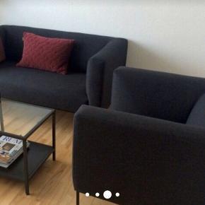 BLOCK 2-pers. sofa og lænestol i mørkegråt stof - prisen er for både sofa og lænestol. Sælges samlet eller hver for sig.  Nypris: Sofa 4500,- Lænestol 3500,-  Kan afhentes i Odense C - Sælges hurtigst muligt, da jeg flytter.