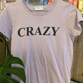 """Lilla t-shirt hvor der står """"CRAZY"""" på"""