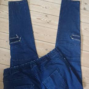 Supersmarte jeans, der bare har hængt i mit skab og er blevet for små. Taljevidde 90-98, hoftevidde 110-114, indvendig benlængde 80 Materiale med masser af stræk: bomuld, polyester, viscose, elastan  Bytter KUN, hvis nogen har dem i str. 48  med lynlåse til pynt Farve: denim blå Oprindelig købspris: 900 kr.