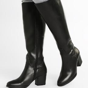 """Sælger disse lækre, klassiske par sorte Gabor læderstøvler, som jeg købte for ca 6 måneder siden på Zalando.dk  Støvlerne er fuldstændig som nye, der er ingen brugsspor da jeg ikke har brugt dem, kun prøvet dem på indenfor og den tilhørende æske er stadig gemt samt selve """"støvle holderne"""" i plastik, så de har altså bare været gemt og det er jo en skam, når det er sådan et par lækre støvler! Sælges kun fordi jeg er på udkig efter nogle lidt lavere støvler. Mener også jeg har gemt en kvittering. 😊  Som man kan se på det sidste billede, så er nyprisen på Zalando.dk 1.595 kr. hvilket de også kostede da jeg købte dem.  Størrelsen er en normal str 40 vil jeg mene. Da jeg dengang købte dem, var jeg lidt i tvivl da der, som man kan se, står at støvlen er """"bred""""/""""wide fit"""" mht pasformen men det vil jeg altså ikke mene den er, jeg synes tværtimod støvlens fit er ganske normal og ikke """"bredere"""" end en typisk støvle. 😊  Hvis de skal sendes, betaler køber fragt.   Mvh Betina Thy"""