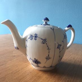 Smuk musselmalet riflet tekande.  Jeg har fået den i gave. Men drikker ikke så meget te ☺️💙 Der kan være 100 cl. / 1 liter i kanden.  ☀️ Mindsteprisen er 800 kr. ☀️ Købspris i butik 1.299 kr.   Kan afhentes på Nørrebro - sender ikke ✨