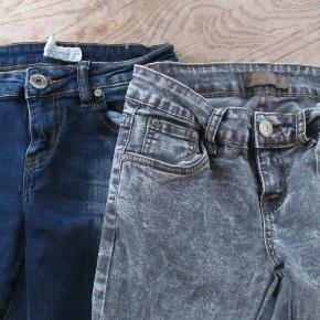 2 par jeans begge par kun brugt få gange. Livvidde uden at strække i stoffet ca 32 cm Hel længde ca: 94 cm.  Se også mine flere end 100 andre annoncer med bla. dame-herre-børne og fodtøj