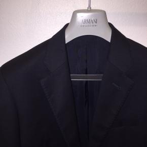 Armani Collezioni Giorgio habitjakke i mørkeblå/navy sælges.   Den har aldrig været brugt og har derfor ingen tegn på slid.   Den er i god uldkvalitet, er ternet i teksturen, som det ses på billederne, og har elegante lommedetaljer.   Den er trim fit. For flere informationer, se det billede jeg har vedlagt.   Den har været købt som et habitsæt, som har kostet omkring 8000 kroner.   Link til hjemmeside med model, der har jakken på:  https://m.shop.nordstrom.com/s/armani-collezioni-giorgio-trim-fit-suit/3366847/full?cm_ven=pinterest&cm_cat=pinit&cm_pla=site&cm_ite=3366847   Kan afhentes i Århus eller sendes på købers regning.