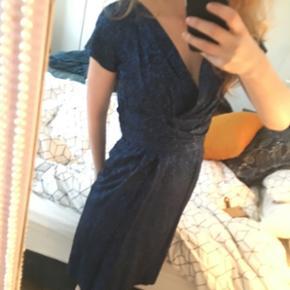 Helt unik kjole designet af Jac Olsen der har designet kjoler for Dronning Margrethe. Sidder fantastisk og fremhæver de kvindelige former. • Bruger selv:  TØJ STR: 34-36 (xs-s) HØJDE: 172 cm SKO: str. 38 stilletter/ 39 flade.  • MobilePay ✅  Sender gerne m. DAO eller Tradono  - men er ekskl. Pris og v. DAO er forudbetaling et must.