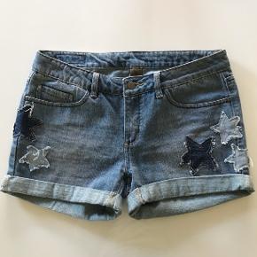 Str. 29 shorts med stjerner. Brugt 2 gange.  Helt som nye.  Sender pp eller over TS