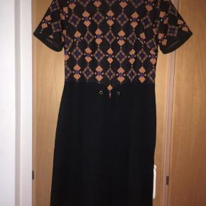 Flot vintage - retro kjole str 40. Kjolen har et flot print og er i helt perfekt stand. Materiale: polyester. Målene er: længde 102 cm. Talje 2 * 40 cm. Bryst: 2*45 cm.