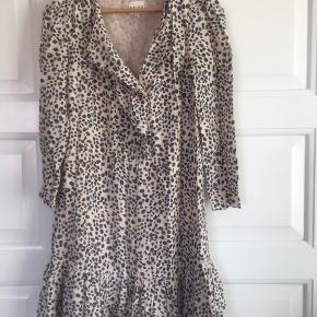 Leopardmønstret mini kjole brugt en håndfuld gange og i fin stand. Knappes foran.