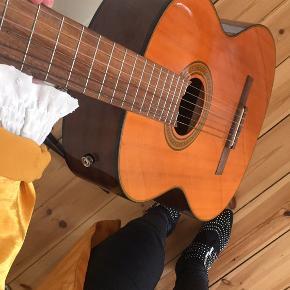 Spansk guitar - byttes helst til sort ellers byd.
