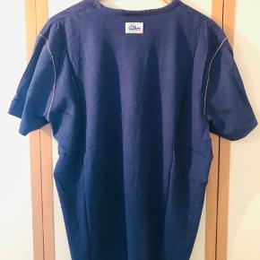 Frisk og behagelig T-shirt fra Peak P. sælges da den aldrig bliver brugt længer. T-shirten er fremstillet i super behageligt blødt stof, den har et stort tryk for og et lille omme i nakken. Fremstår i perfekt stand uden nogen former for hulle, pletter el anden slitage.  Kom med et fair bud