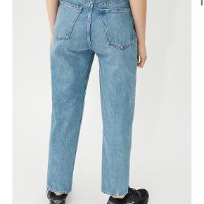 Weekday jeans, modellen MEG, str. 27/28, brugt 2-3 gange 💛   Følg gerne - jeg sælger løbende ud af mit klædeskab fra forskellige tøjbutikker/mærker såsom Zara, Ganni, H&M, Stine Goya, Levis mm. 💗