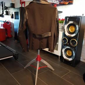 Varetype: Læder jakke  Farve: Sort
