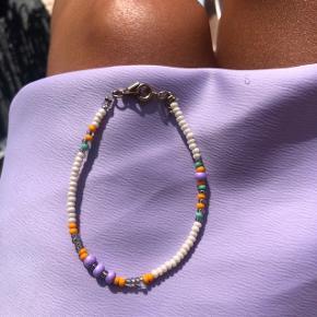 Perle armbånd Multi farvede perler med beige bund Lås: forgyldt messing Ⓜ️ Mål: 17cm 💮 Prisen er fast og inkl Porto