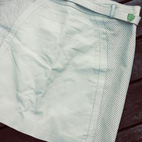 Lækker creme / råhvid lædernederdel / skindnederdel med bælte og fine detaljer.