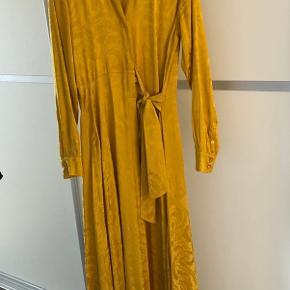 Smuk kjole i flot print. Brugt to gange, pæn stand.  Bytter ikke