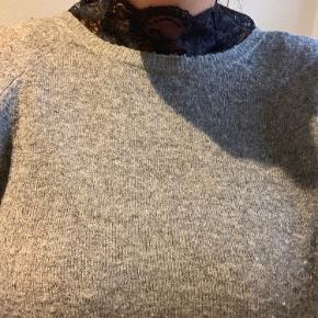 Fed sweatshirt med blonde detalje i halsen.