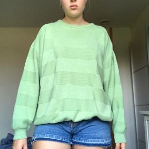 Lysegrøn oversized sweater fra Garant. Farven er som på første billede.